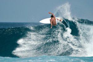 persona adulta surfeando.clases de surf para adultos en BIGUI