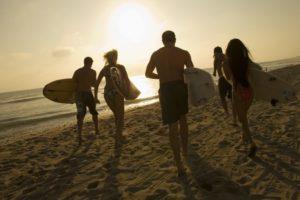 grupo de personas para surfear. clases de surf para grupos