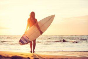 chica surfera clases de surf para adultos