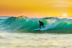surfeando en la pared de la ola.foto generica