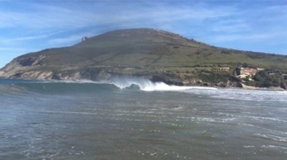 Imagen de ola en la playa de muskiz donde bigui surf imparte clases