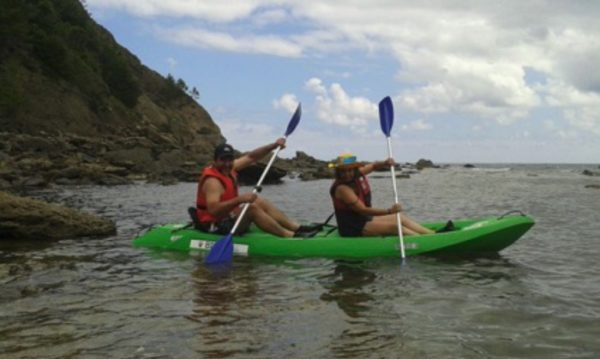 pareja practicando kayak disfrutando de la ruta en kayak