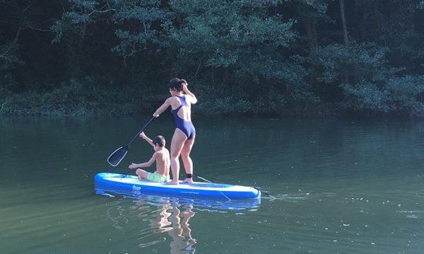 madre e hijo disfrutando de la practica de paddle surf SUP en la ruta de BIGUI