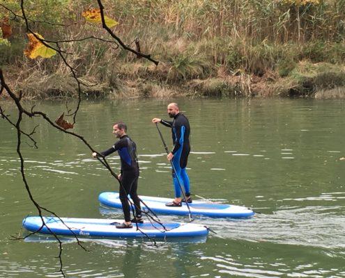 dos personas practican paddle SUP en Plentzia