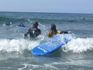 Clases de surf de iniciación con tablas de surf hinchables