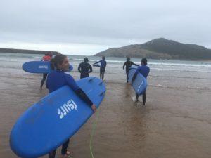 alumnos en playa de Plentzia con BIGUI SURF