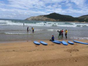 grupo de clases surf en país vasco, en playa de plentzia