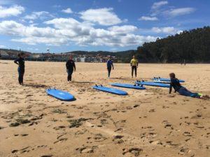 comienzo de la clase de surf en la playa en la escuela de surf BIGUI