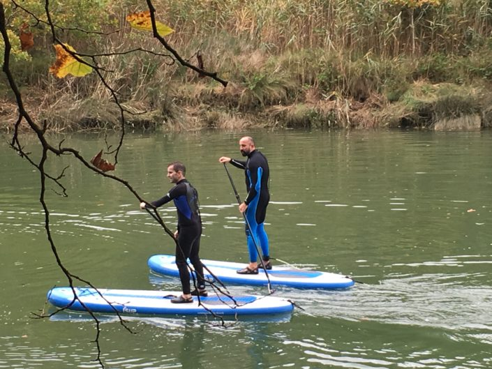 adultos en ruta paddle surf en la ria de plentzia
